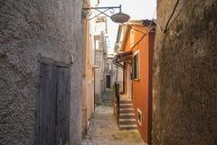 Italiaanse stegen in het zuiden van Italië stock afbeeldingen