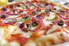 Italiaanse stijl dunne pizza op de lijst stock afbeeldingen