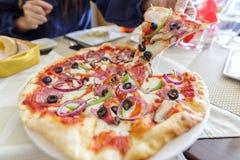 Italiaanse stijl dunne pizza op de lijst stock fotografie