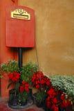 Italiaanse stijlbrievenbus met bloem Stock Afbeelding