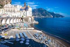 Italiaanse vakantie Weergeven van de mooie stad van Atrani bij beroemde Amalfi Kust met Golf van Salerno stock afbeeldingen