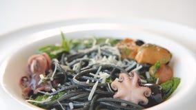 Italiaanse van de inktdeegwaren van de keukenpijlinktvis de zeevruchtentomaten stock video