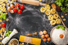 Italiaanse van het de deegwarenassortiment van het voedselconcept diverse ruwe de spaghetticlose-up stock foto