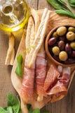 Italiaanse van het grissinibrood van de prosciuttoham de stokkenolijfolie Royalty-vrije Stock Foto