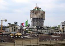 Italiaanse vlag boven op Royal Palace en de horizon van Milaan zoals die van het dak van Milan Cathedral wordt bekeken stock fotografie