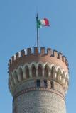 Italiaanse Vlag die bovenop middeleeuwse toren vliegen Stock Afbeeldingen