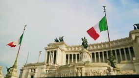 Italiaanse vlag die tegen het ruiterstandbeeld golven die Italiaanse 4k vertegenwoordigen stock video