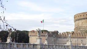 Italiaanse Vlag, Italië voorraad Vlag van Italië op de muur van St Angel Castle tegen de hemel Weergeven van de Italiaanse vlag stock footage