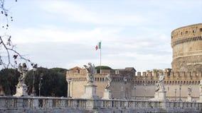 Italiaanse Vlag, Itali? voorraad Vlag van Itali? op de muur van St Angel Castle tegen de hemel Weergeven van de Italiaanse vlag stock afbeeldingen