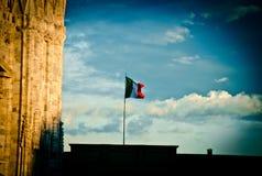 Italiaanse Vlag in Milan Sky stock foto