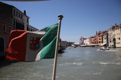 Italiaanse vlag op een waterboot stock afbeeldingen