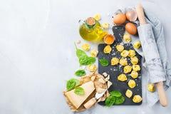 Italiaanse voedsel en ingrediënten, met de hand gemaakte tortellini met spinazie en kaas Stock Foto's