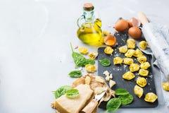 Italiaanse voedsel en ingrediënten, met de hand gemaakte tortellini met spinazie en kaas Stock Foto