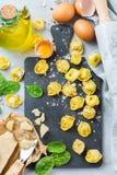 Italiaanse voedsel en ingrediënten, met de hand gemaakte tortellini met spinazie en kaas Royalty-vrije Stock Afbeelding