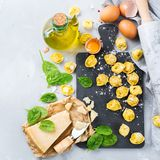 Italiaanse voedsel en ingrediënten, met de hand gemaakte tortellini met spinazie en kaas Royalty-vrije Stock Fotografie