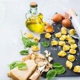 Italiaanse voedsel en ingrediënten, met de hand gemaakte tortellini met spinazie en kaas Royalty-vrije Stock Foto