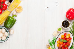 Italiaanse voedsel kokende ingrediënten Deegwaren, groenten, kruiden stock afbeeldingen