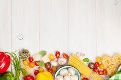 Italiaanse voedsel kokende ingrediënten Deegwaren, groenten, kruiden stock afbeelding