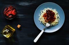 Italiaanse voedselachtergrond, deegwaren in een blauwe plaat op een blauwe achtergrond, natuurlijke lichte, hoogste mening, vrije Stock Afbeeldingen