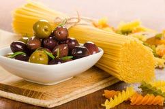 Italiaanse voedselingrediënten - deegwaren en olijven Stock Afbeeldingen