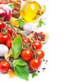 Italiaanse voedselingrediënten - kersentomaten, basilicum en deegwaren Royalty-vrije Stock Afbeelding