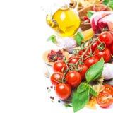 Italiaanse voedselingrediënten - kersentomaten, basilicum en deegwaren Stock Foto
