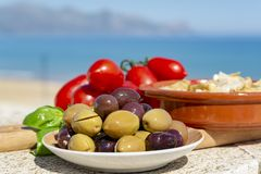 Italiaanse voorgerecht groene en zwarte olijven in olijfolie, tomaten en gemarineerde artisjokken dicht omhoog royalty-vrije stock foto