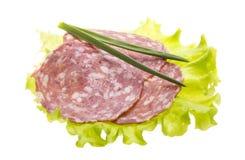 Italiaanse worsten met saladebladeren Royalty-vrije Stock Afbeeldingen