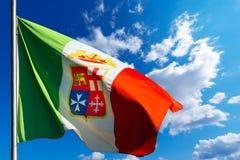 Italiaanse Zeevaartvlag op Blauwe Hemel Stock Afbeelding