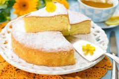 Italiaanse zoete cake Torta Margherita met suikerglazuursuiker Stock Afbeeldingen