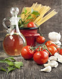 Italian Pasta with tomatoes, garlic, olive oil and italian parsl Royalty Free Stock Photos