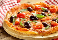 Italian pizza with olives and tomatoes Royalty Free Stock Photos