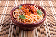 Italian spaghetti with tomato relish and basil leaves Stock Photography