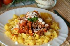 Italiana de las pastas con la carne y salsa y queso parmesano de tomate Fotos de archivo libres de regalías