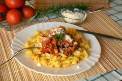 Italiana de las pastas con la carne y salsa y queso parmesano de tomate Imagen de archivo libre de regalías