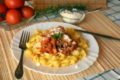 Italiana de las pastas con la carne y salsa y queso parmesano de tomate Foto de archivo