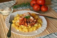 Italiana de las pastas con la carne y salsa y queso parmesano de tomate Imágenes de archivo libres de regalías