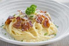 Italiano casalingo classico di Carbonara della pasta Spaghetti con bacon, Fotografia Stock Libera da Diritti