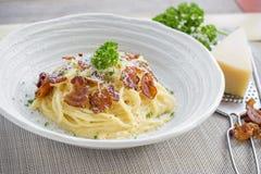 Italiano casalingo classico di Carbonara della pasta Spaghetti con bacon, Immagine Stock