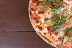Italiano cocido delicioso Salmon Pizza en la tabla de madera imagen de archivo libre de regalías