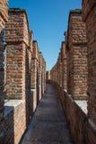 Italiano de Castelvecchio: Opinião velha do tijolo do ` do castelo do ` das paredes fotografia de stock