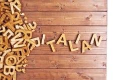 Italiano de la palabra hecho con las letras de madera Fotos de archivo