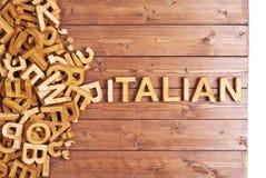 Italiano de la palabra hecho con las letras de madera Imágenes de archivo libres de regalías