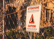 Italiano di caduta del segno delle rocce di cautela fotografia stock