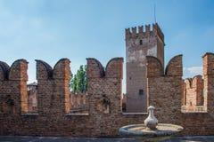 Italiano di Castelvecchio: Vecchie torre e fontana del ` del castello del ` immagini stock