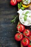 Italiano que cocina los ingredientes, la mozzarella, la albahaca, Olive Oil y el Ch Fotografía de archivo