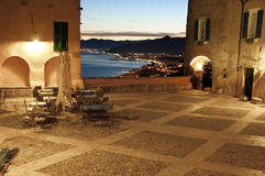 Italiano Riviera, Borgio Verezzi por noche Fotografía de archivo