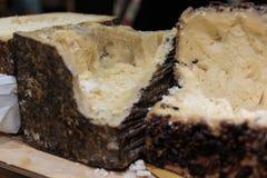 Italiano Sheep& x27; queso de la leche de s: Pecorino envejecido con la corteza negra fotos de archivo libres de regalías