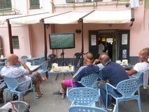 Italianos que miran fútbol Fotografía de archivo libre de regalías
