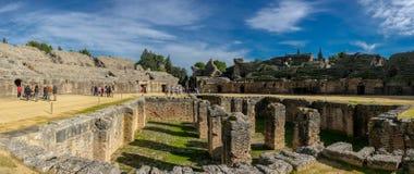 Italica-Amphitheater mit Touristen stockbild